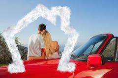 Sammansatt bild av den bakre sikten av par som kramar och beundrar panorama Royaltyfri Foto