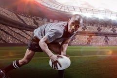 Sammansatt bild av den beslutsamma idrottsmannen som ser bort, medan spela rugby med 3d Arkivfoto