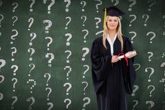 Sammansatt bild av den blonda studenten i den doktorand- ämbetsdräkten som rymmer hennes diplom Arkivfoton