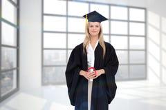 Sammansatt bild av den blonda studenten i doktorand- ämbetsdräkt Arkivfoton