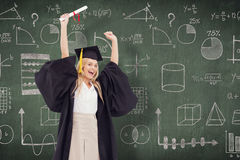 Sammansatt bild av den blonda studenten i hållande övre för doktorand- ämbetsdräkt hennes diplom Royaltyfri Fotografi