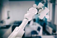 Sammansatt bild av den digitala sammansatta bilden av det hållande figursågstycket 3d för robot Royaltyfri Fotografi