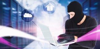 Sammansatt bild av den fokuserade stående hållande bärbara datorn för inbrottstjuv Royaltyfri Fotografi