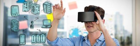Sammansatt bild av den fulla längden av affärsmannen som använder virtuell verklighetsimulatorn Royaltyfri Fotografi