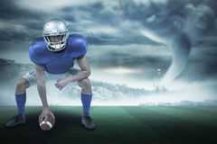 Sammansatt bild av den fulla längden av den amerikanska fotbollsspelaren som förlägger bollen 3d Arkivbild