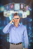 Sammansatt bild av den fulla längden av mannen som använder virtuell verklighetsimulatorn 3d Arkivfoton
