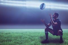 Sammansatt bild av den fulla längden av rugbyspelaren som fångar bollen med 3d Royaltyfri Fotografi