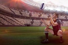 Sammansatt bild av den fulla längden av rugbyspelaren som fångar bollen med 3d Arkivbild