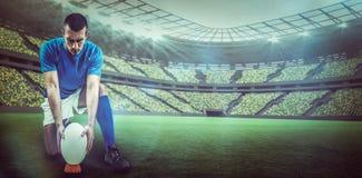 Sammansatt bild av den fulla längden av rugbyspelaren som förlägger bollen med 3d Arkivfoton