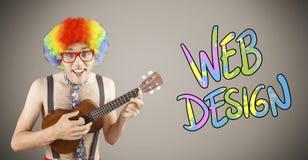 Sammansatt bild av den geeky hipsteren i den afro regnbågeperuken som spelar gitarren Arkivfoto