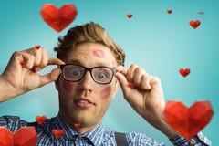 Sammansatt bild av den geeky hipsteren som täckas i kyssar Arkivfoto