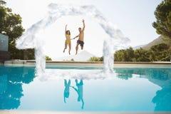 Sammansatt bild av den gladlynta parbanhoppningen in i simbassäng Royaltyfria Foton