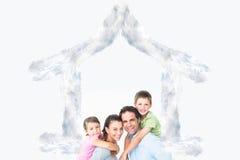 Sammansatt bild av den gladlynta unga familjen som tillsammans ser kameran Royaltyfri Bild