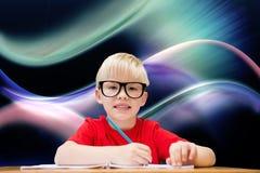 Sammansatt bild av den gulliga eleven på skrivbordet Arkivbilder