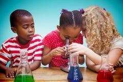 Sammansatt bild av den gulliga eleven som ser till och med mikroskopet Royaltyfria Bilder