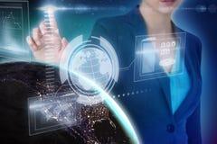 Sammansatt bild av den kantjusterade bilden av affärskvinnan som använder den fantasirika digitala skärmen Arkivbilder