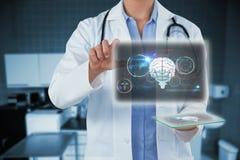 Sammansatt bild av den kantjusterade bilden av den kvinnliga doktorn som rymmer den digitala minnestavlan, medan genom att använd Arkivbild