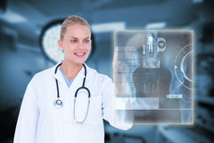 Sammansatt bild av den kvinnliga doktorn som trycker på något 3d Arkivbild
