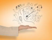 Sammansatt bild av den kvinnliga handen som framlägger musiksymboler Arkivbild
