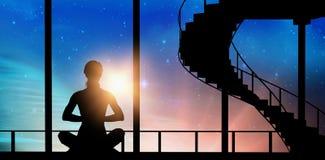 Sammansatt bild av den kvinnliga praktiserande meditationen arkivfoton