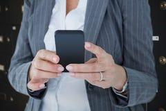 Sammansatt bild av den lyckliga affärskvinnan som kallar med smartphonen Royaltyfria Bilder