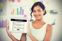 Sammansatt bild av den lyckliga affärskvinnan som visar den digitala minnestavlan i idérikt kontor Royaltyfri Bild