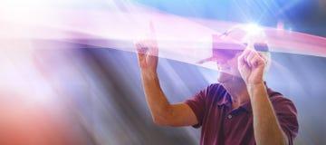 Sammansatt bild av den lyckliga dansen för hög man, medan genom att använda virtuell verklighetexponeringsglas Royaltyfri Fotografi