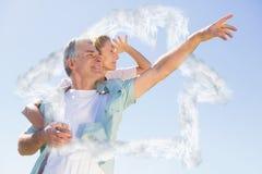 Sammansatt bild av den lyckliga höga mannen som ger hans partner en ridtur på axlarna Arkivbild