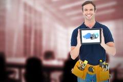 Sammansatt bild av den lyckliga snickaren som rymmer den digitala minnestavlan Fotografering för Bildbyråer
