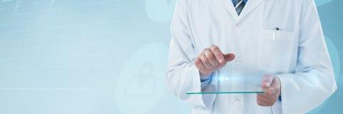 Sammansatt bild av den manliga doktorn som använder futuristiskt exponeringsglas Arkivfoton