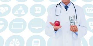 Sammansatt bild av den manliga doktorn som rymmer det röda äpplet och sedeln Fotografering för Bildbyråer