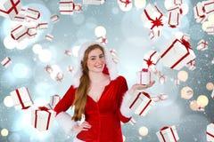 Sammansatt bild av den nätta flickan i ask för gåva för santa dräkt hållande Arkivfoton