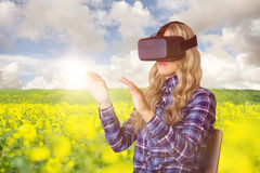Sammansatt bild av den nätta tillfälliga arbetaren som använder oculusklyftan Royaltyfria Foton