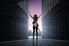 Sammansatt bild av den nätta unga flickan med hennes gitarr som lyfter armar 3d Arkivfoto