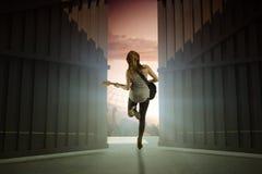 Sammansatt bild av den nätta unga flickan som spelar hennes gitarr 3d Fotografering för Bildbyråer