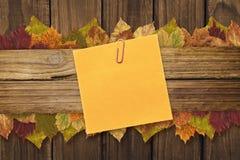 Sammansatt bild av den orange självhäftande anmärkningen med en paperclip Royaltyfri Foto