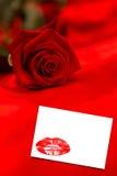 Sammansatt bild av den röda rosen som vilar på rött silke Arkivfoton
