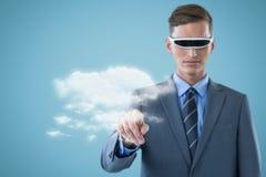 Sammansatt bild av den säkra affärsmannen som pekar fingret, medan genom att använda virtuell verklighetexponeringsglas 3d Arkivfoton
