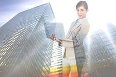 Sammansatt bild av den säkra unga affärskvinnan med bärbara datorn Fotografering för Bildbyråer