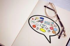 Sammansatt bild av den sammansatta bilden av datorsymboler i anförandebubbla Arkivfoto