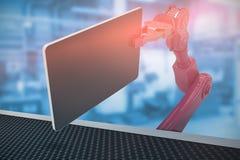 Sammansatt bild av den sammansatta bilden av den hållande datorminnestavlan 3d för röd robot Royaltyfri Foto