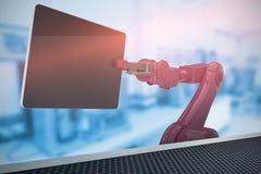 Sammansatt bild av den sammansatta bilden av den röda roboten som rymmer den digitala minnestavlan 3d Royaltyfri Fotografi
