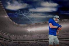 Sammansatt bild av den säkra amerikanska fotbollsspelaren som kastar bollen Royaltyfria Bilder