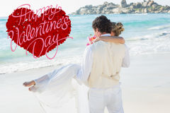 Sammansatt bild av den stiliga brudgummen som ut bär hans härliga fru till vattnet Royaltyfria Foton