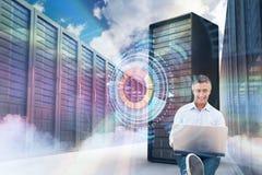Sammansatt bild av den stiliga mannen som använder bärbara datorn, medan sitta på vit bakgrund 3d Arkivfoton