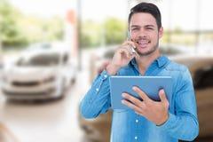 Sammansatt bild av den stiliga mannen som rymmer den digitala minnestavlan, medan tala på mobiltelefonen Arkivbilder