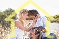 Sammansatt bild av den stiliga mannen som serenading hans flickvän med gitarren Arkivfoto