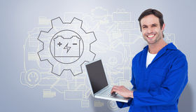 Sammansatt bild av den stiliga mekanikern som använder bärbara datorn över vit bakgrund Arkivbild