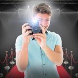 Sammansatt bild av den stiliga unga mannen som rymmer den digitala kameran Arkivbilder