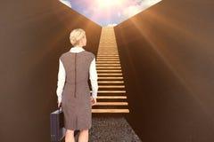 Sammansatt bild av den tillbaka vända affärskvinnan som rymmer en portfölj 3d Royaltyfri Foto